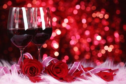 Розы, сердца и бокалы на деревянном фоне ко дню Валентина - Stock photo